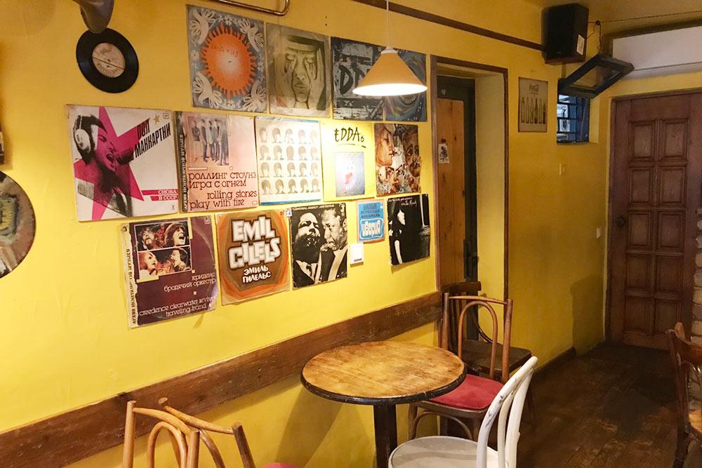 Интерьер в кафе Vynil