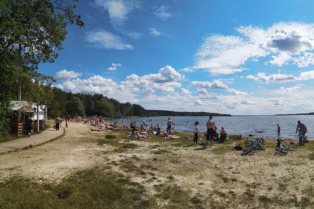Бесплатный пляж на Шершневском водохранилище. Свежая трава, натуральный песок, природная вода — все для счастья горожан. Рядом есть платная мангальная зона по 150<span class=ruble>Р</span>/ч. В ста метрах от пляжа — плотина с плотным движением автомобилей