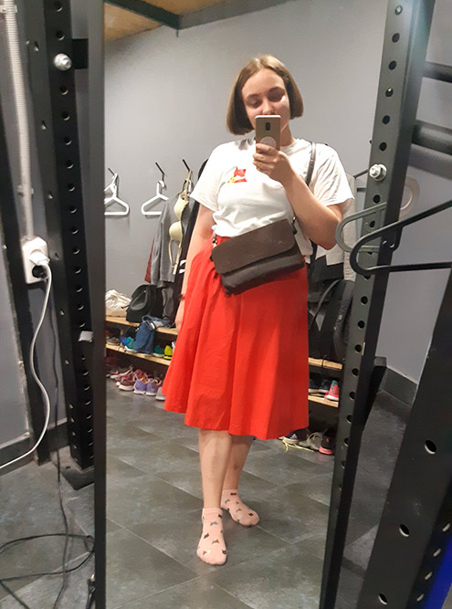Юбку я нашла на свопе: давно хотела красную, поэтому очень обрадовалась. Сумка из секонда за 300<span class=ruble>Р</span>