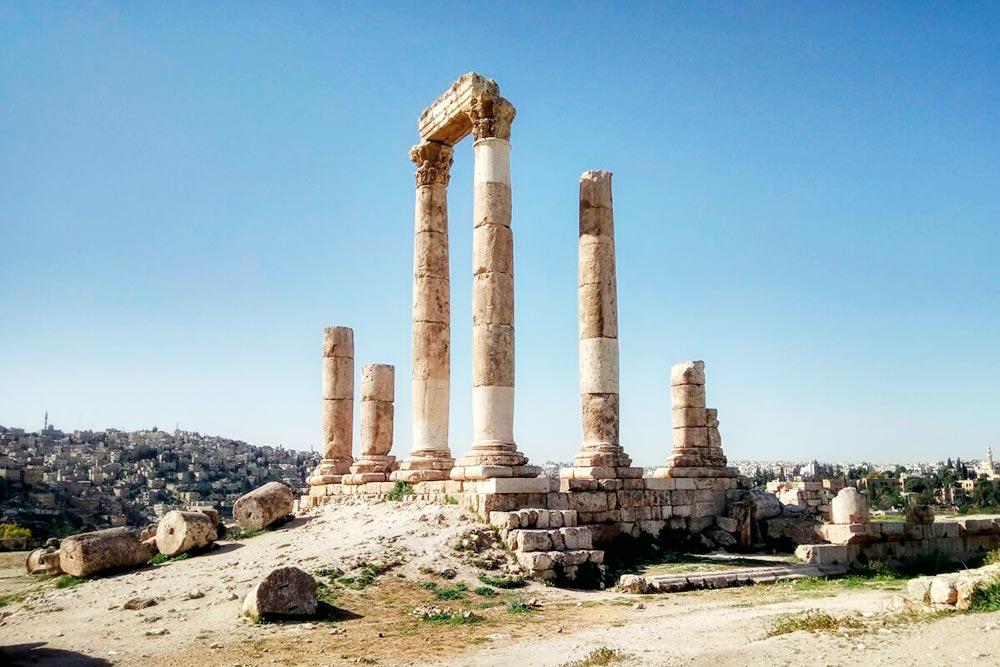 Цитадель расположена на холме высотой 850 метров над уровнем моря