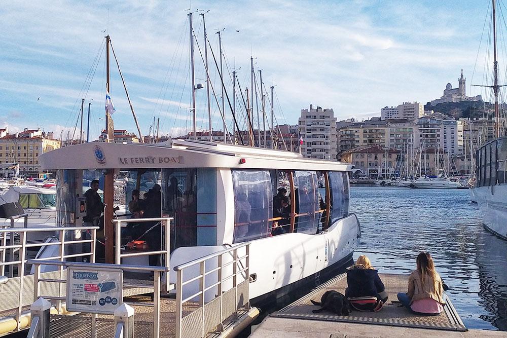 А это паром, который возит горожан через бухту Старого порта Марселя