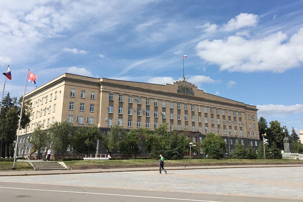 Площадь Ленина с администрацией губернатора и правительства области. Здесь обычно отмечают городские праздники, проводят концерты, а летом катаются на велосипедах и скейтах