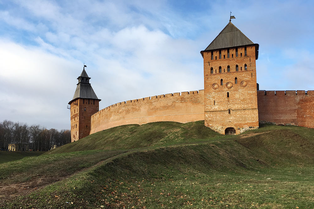 С одной стороны Новгородского кремля находится парк, а с другой — река Волхов