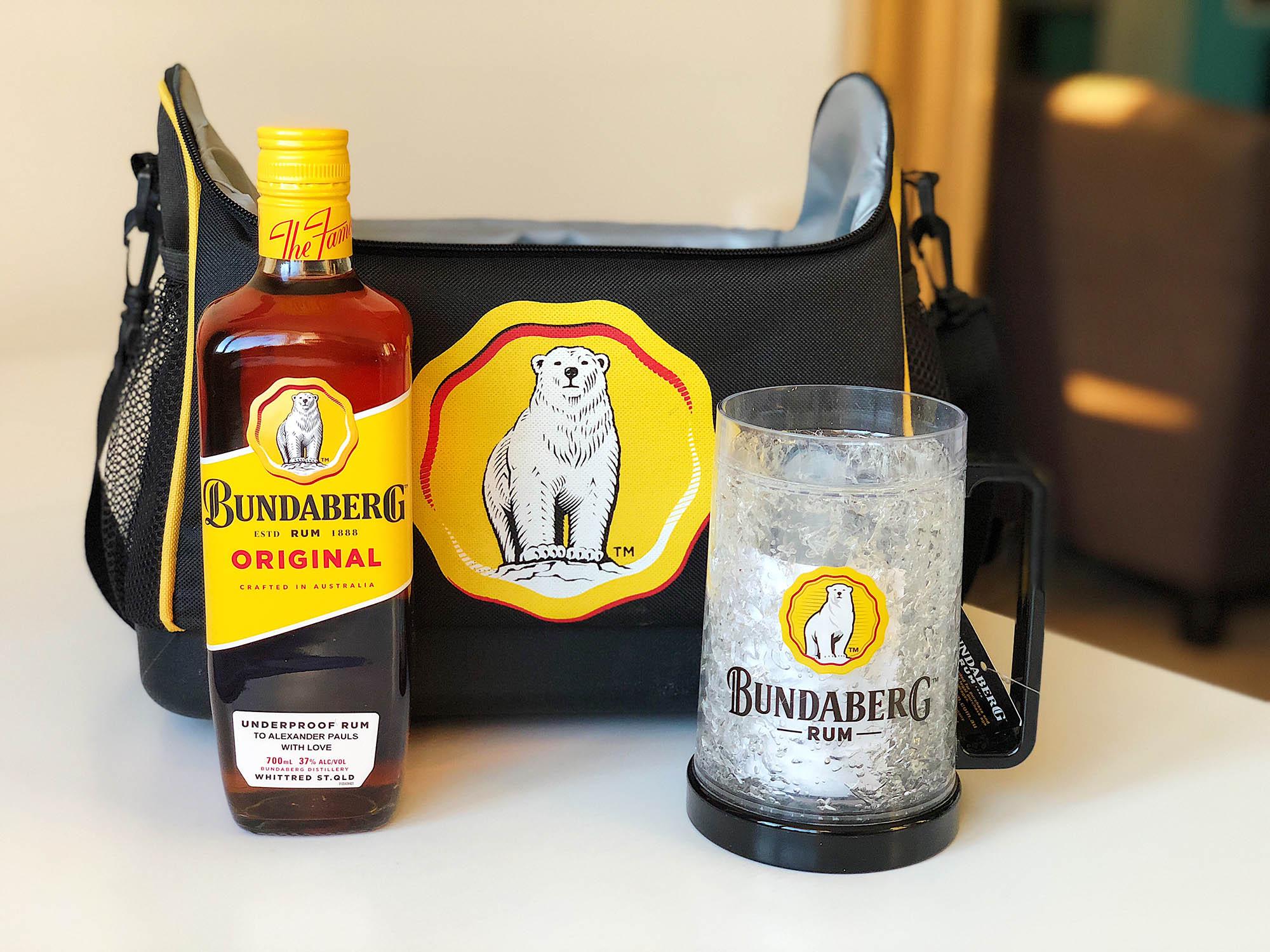 Подарок для любителей рома: именная бутылка, кружка, сохраняющая холод и термосумка