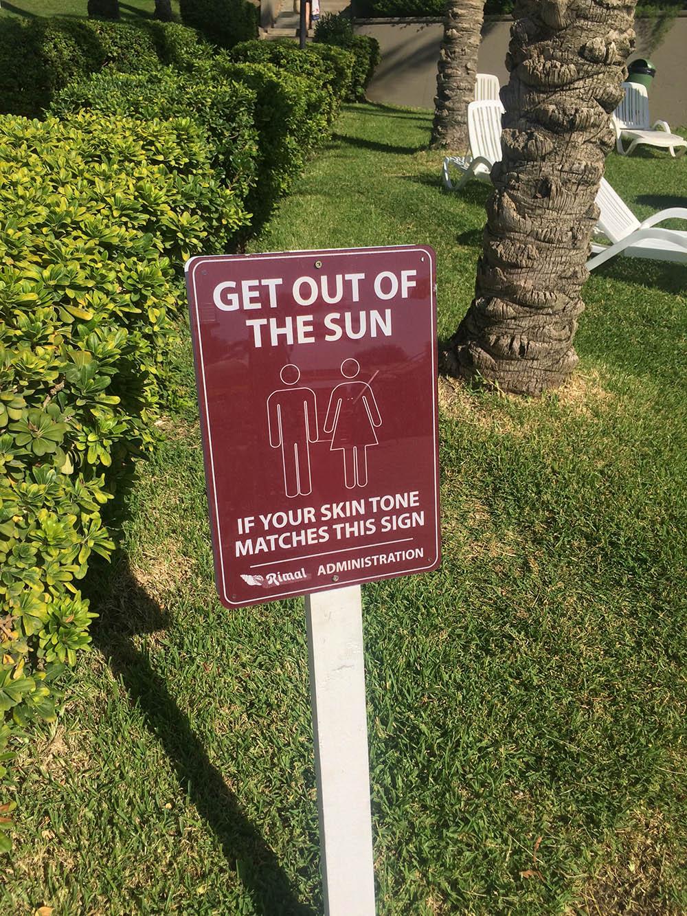 Надпись на табличке на одном из пляжей: «Уйдите с солнца, если цвет вашей кожи такой же, как у этого знака». Многие ливанцы загорают именно до такого состояния