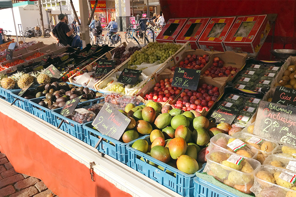 На рынке большой выбор фруктов — от обычных яблок и груш до экзотических манго и плодов кактуса