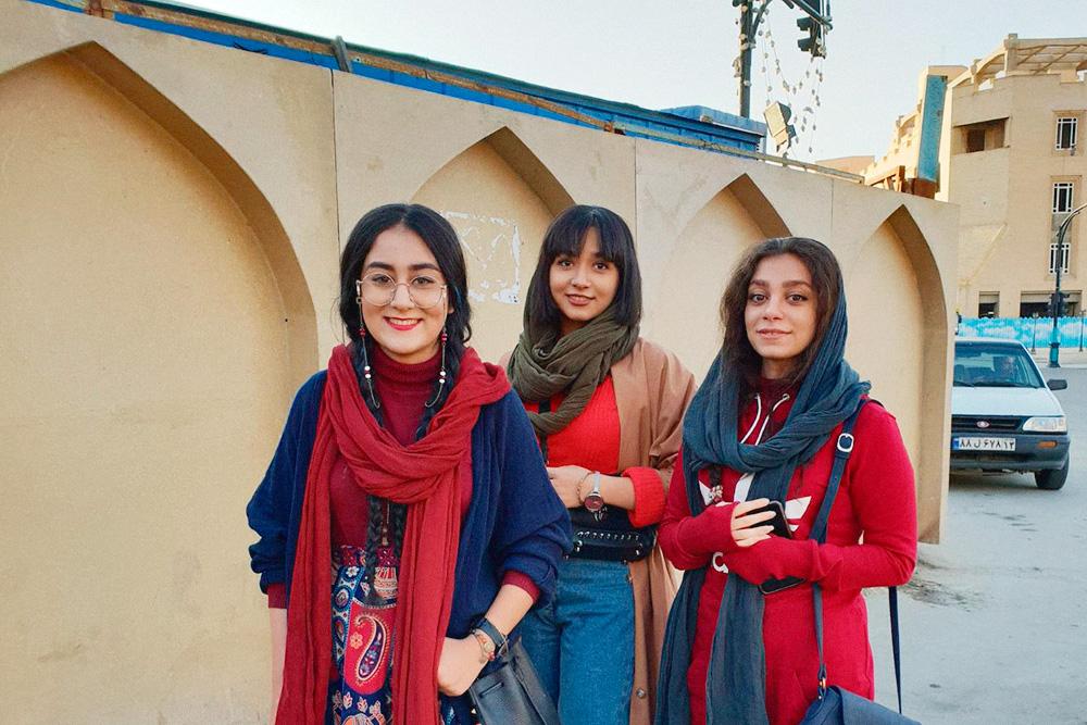Обычно иранские девушки одеваются так