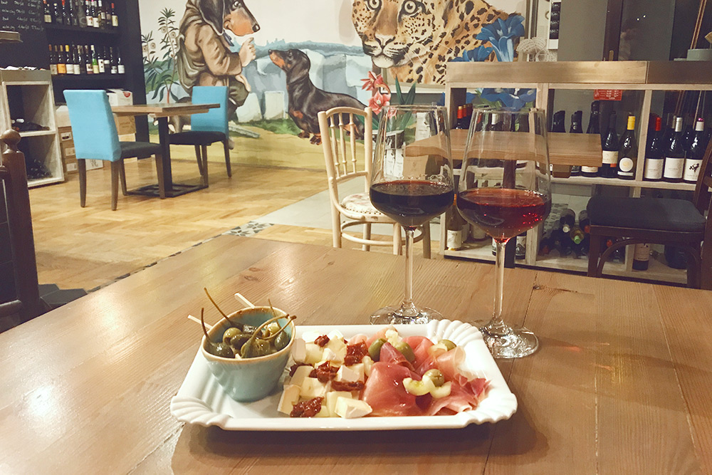 Бутылка вина, тарелка закусок в винном баре стоят в среднем от 7000 Ft (1540 рублей)