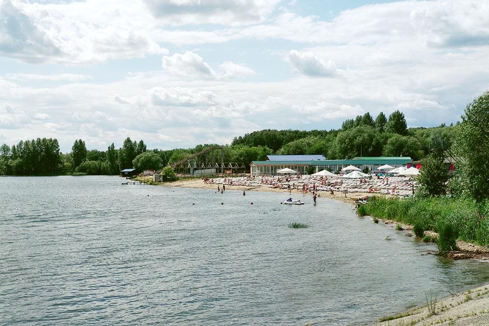 Платный пляж «Западный» на противоположном берегу. Вход для взрослых 150<span class=ruble>Р</span>; студентам, школьникам и детям старше 8 лет — 100<span class=ruble>Р</span>; пенсионерам — 50<span class=ruble>Р</span>; детям младше 8 — бесплатно