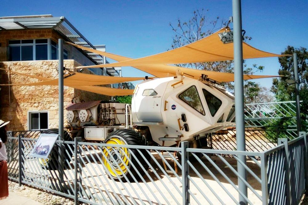 После съемок фильма «Марсианин» марсоход подарили музею короля Хусейна. Теперь машина встречает туристов на входе в галерею