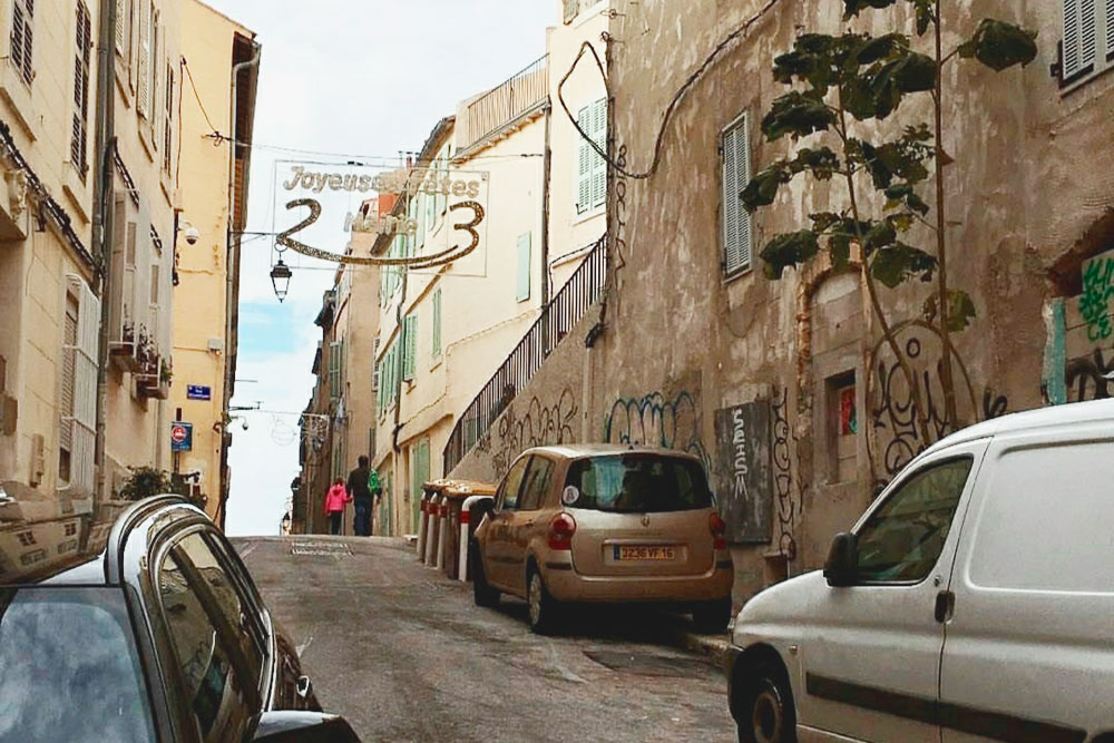 Улочки в центре Марселя узкие, парковочных мест мало. Найти место длямашины вечером у дома — огромная удача