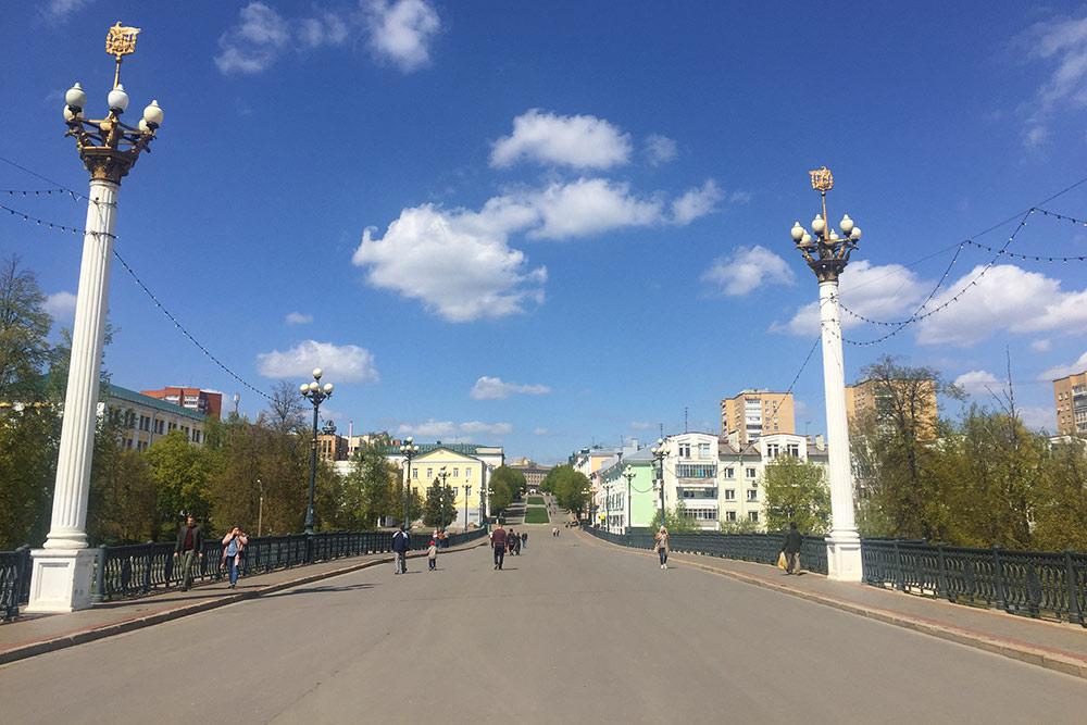 Всех туристов ведут на Ленинскую — так в городе называют центральную пешеходную улицу Ленина протяженностью 660 метров. В праздники это самое оживленное место в городе. Здесь устраивают ярмарки, выступают уличные музыканты, художники выставляют картины на продажу. Когда-то здесь ходили трамваи и ездили автомобили. Движение транспорта запретили в 1970-е — трамвайные пути разобрали