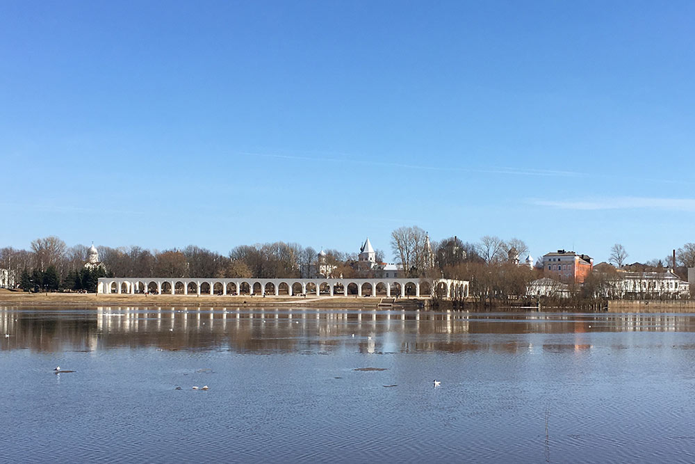 Ярославово дворище и Аркада Гостиного двора. За аркадой расположены несколько церквей и Никольский собор