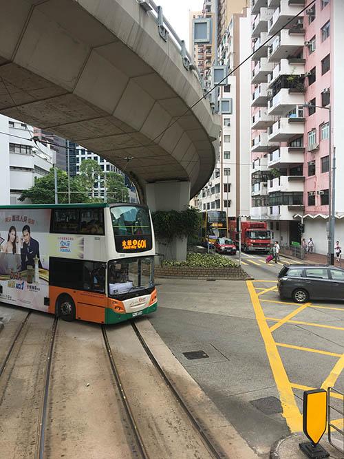 Автобусы в Гонконге двухэтажные, так же как и трамваи. Поездка на втором этаже автобуса напоминает американские горки. Много холмов, резких поворотов, высокая скорость