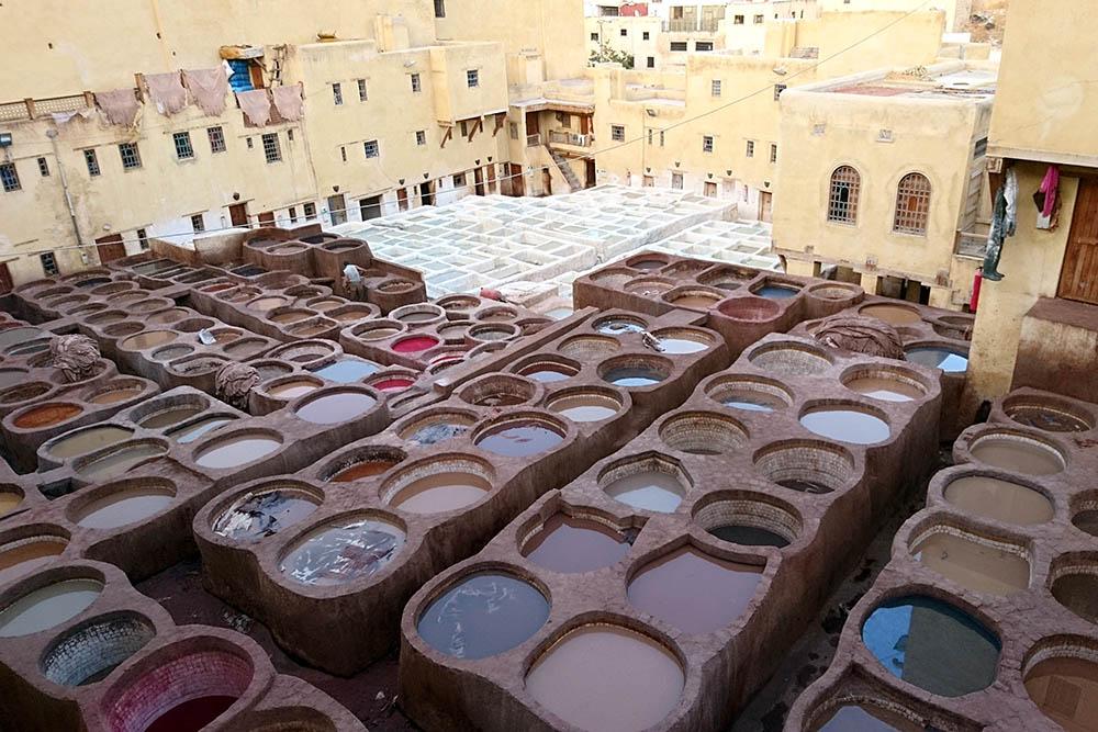 Кожевенные мастерские в Фесе. В этих глиняных емкостях окрашивают выделанную кожу