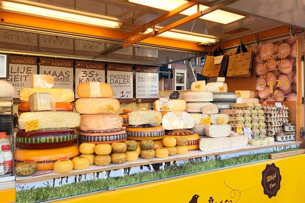 На рынке практически в любой палатке можно попробовать сыр