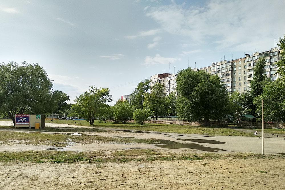 Тот самый «Путинский» пляж. Купаться в озере запрещено. Мангальная зона — платная. Песок и трава — бесплатные
