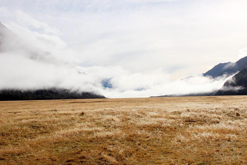 Облака почти стелются по земле. Виды по пути к фьордам потрясающие