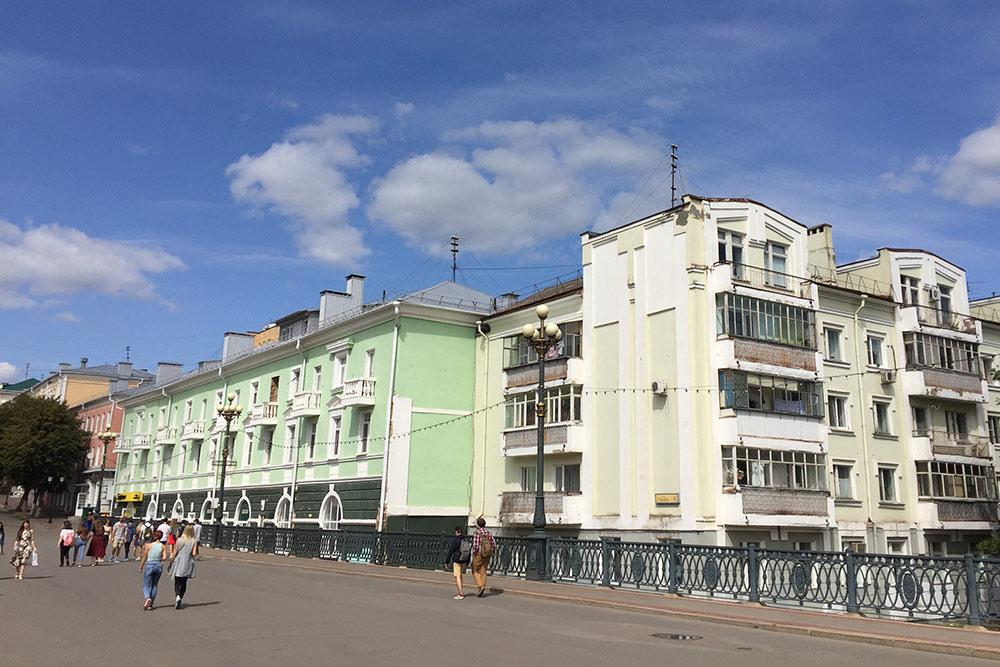 Жилые дома на Ленинской. Зеленое здание — бывшее городское училище — архитектурный памятник 19 века