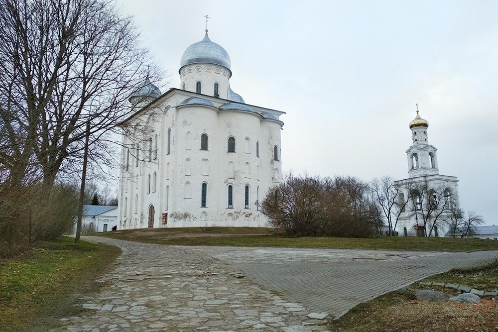 Георгиевский собор в Свято-Юрьевом монастыре. Справа — звонница, которая стоит в низине и кажется покосившейся, но на самом деле с ней все в порядке