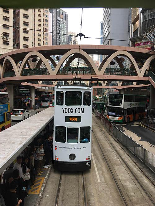 На передних местах второго этажа автобуса пристегиваться обязательно, а вот в трамвае не нужно: они и так медленно едут