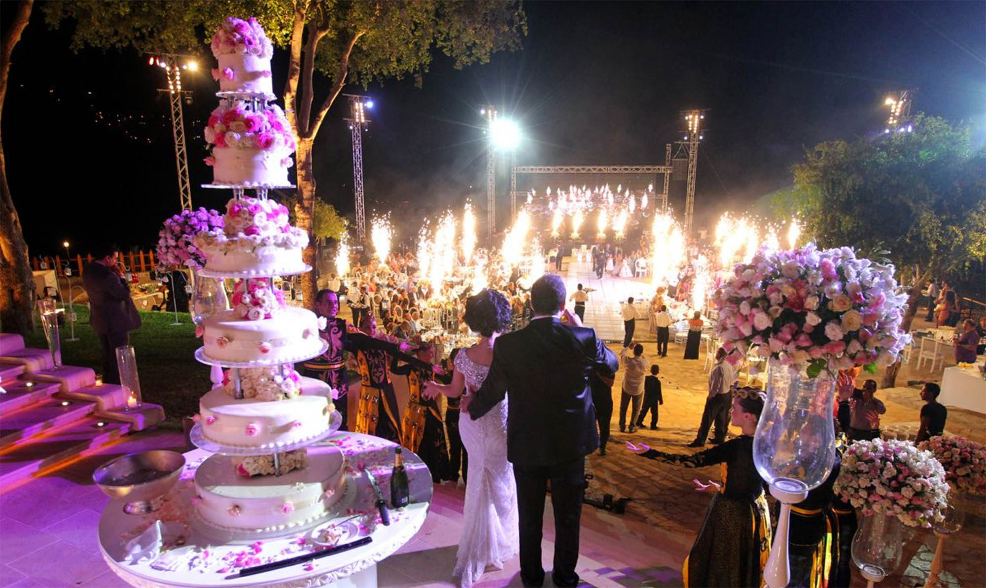 Типичная ливанская свадьба — гигантский торт, фейерверки, музыканты и сотни гостей