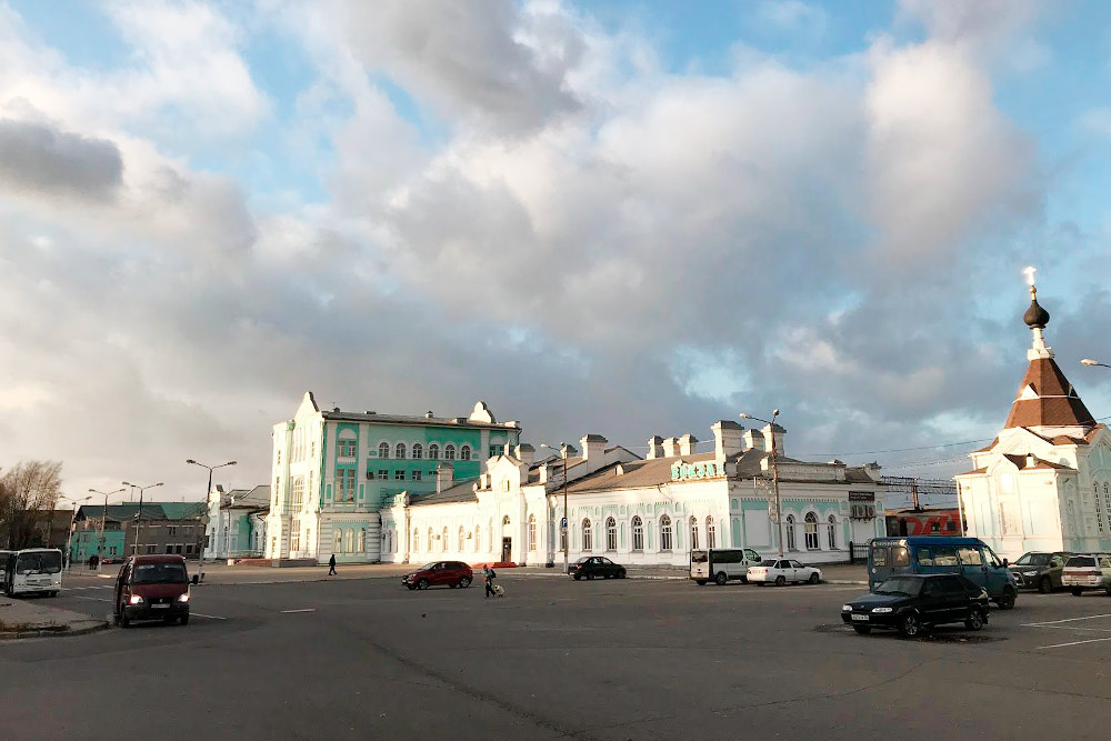 Железнодорожный вокзал в Череповце — это целый комплекс из нескольких зданий. Есть даже небольшая часовня, которая выполнена в едином архитектурном стиле с основным зданием