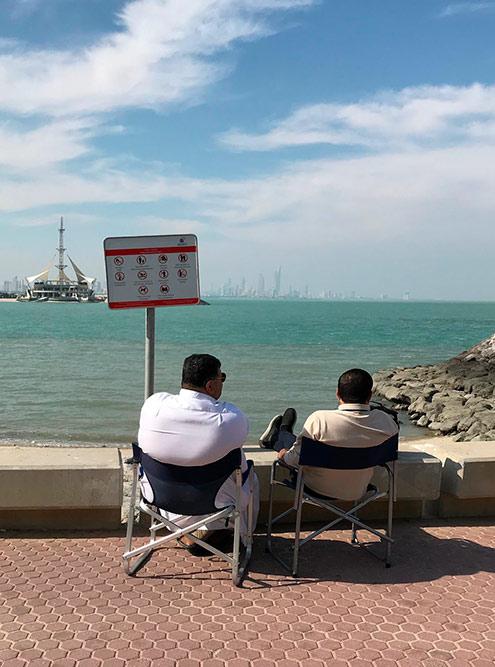 Многие рыбачат на набережной либо просто сидят вдоль моря, наслаждаясь погодой и красотой Персидского залива