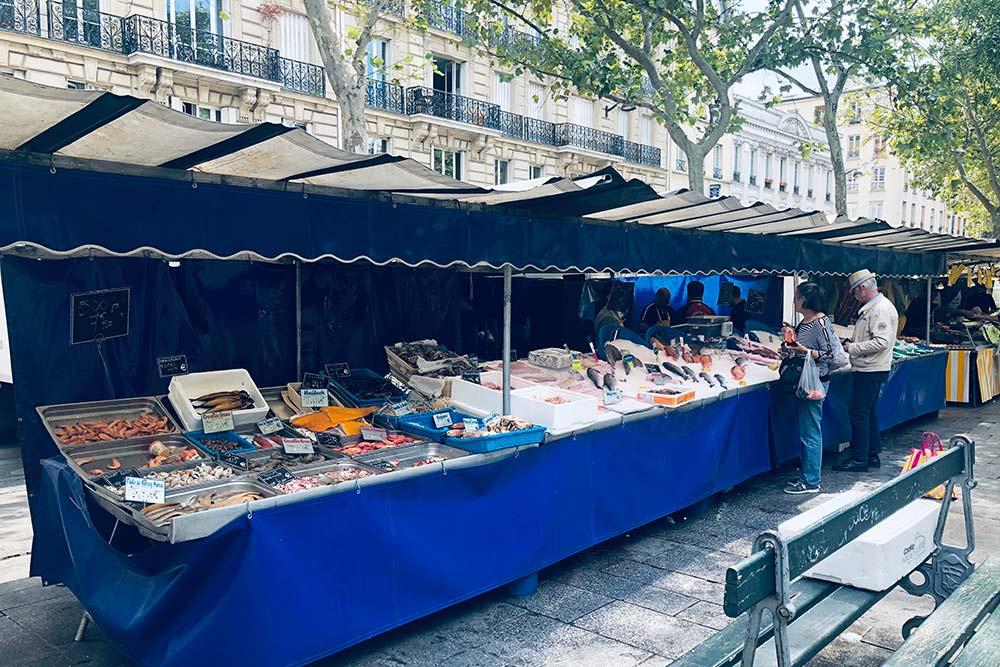 На парижских рынках легко купить даже свежевыловленную рыбу и морепродукты. Их везут с северного побережья Франции — из Нормандии и Бретани
