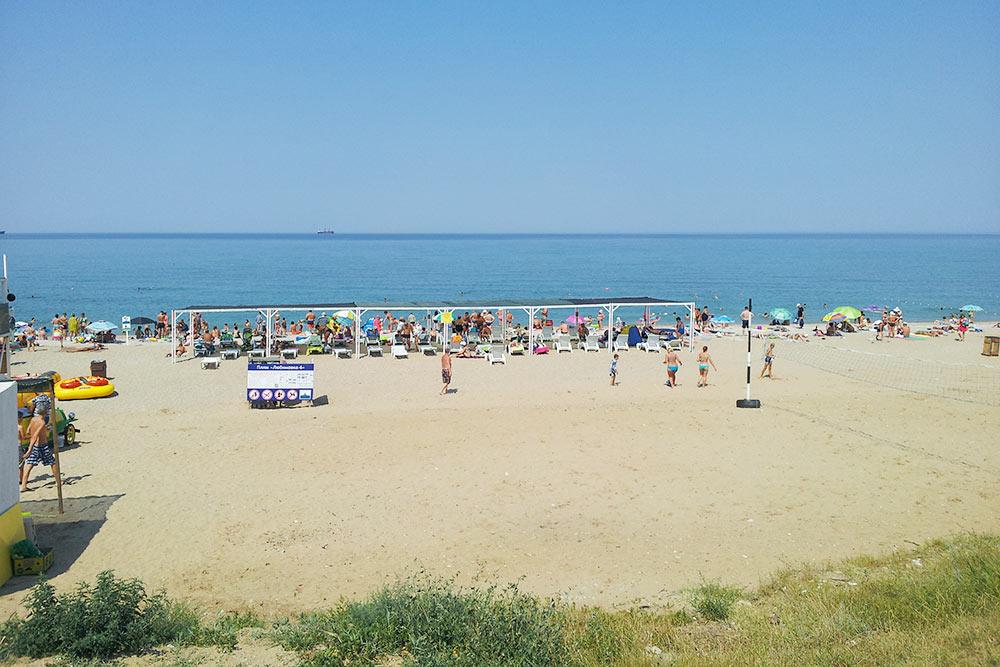 Пляж Любимовка летом 2018 года. Он расположен на северной стороне в 25 километрах от Севастополя. Дорога на автомобиле займет около часа. На пляже есть медпункт, раздевалки, спасательная башня. Часовой прокат шезлонга под&nbsp;навесом стоит&nbsp;80<span class=ruble>Р</span>