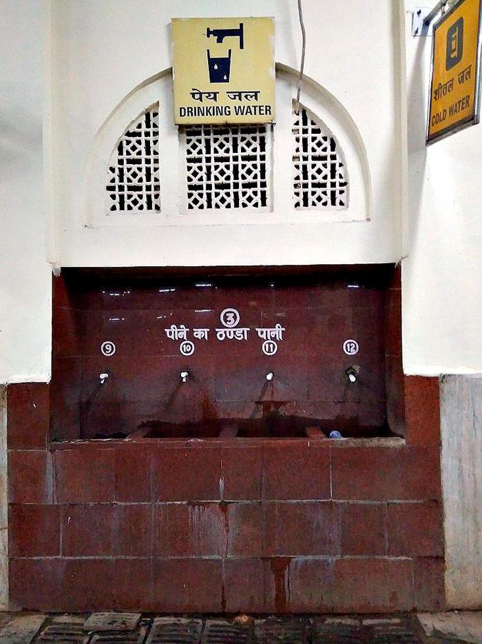 Источник «пригодной для питья» воды на одном из индийских вокзалов. Местные ее пьют