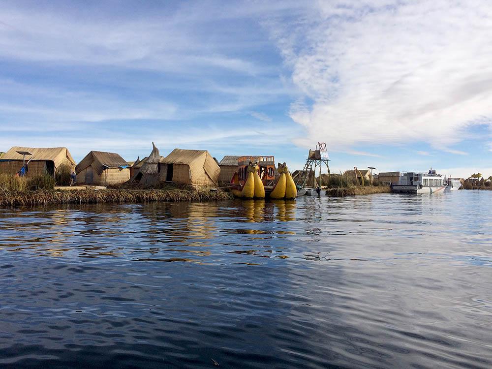 Плавучие тростниковые острова Титикаки служат 30 лет. На них живет народ уру