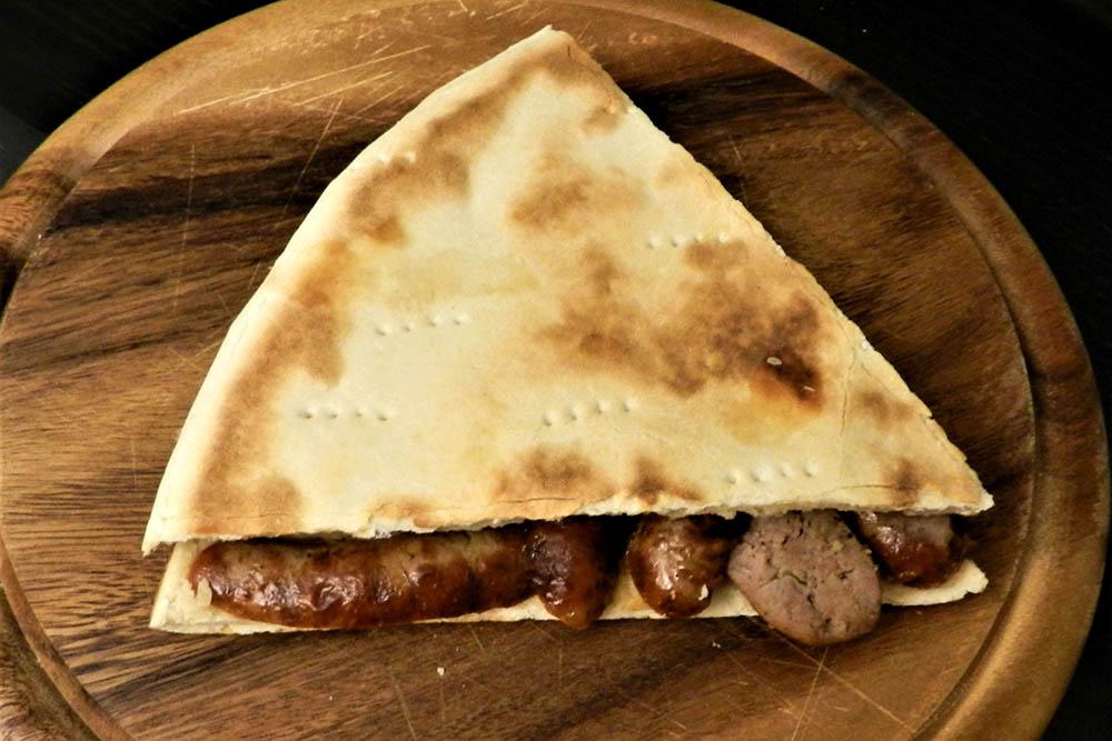 Классическая торта-аль-тесто с сальсиччей стоит около 5€ (390 р.). Ее приносят в ресторанах вместо хлеба или продают отдельно