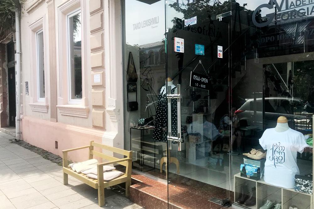 Магазин возле моего дома, здесь представлены несколько местных дизайнеров и их продукция: серьги, сумки, одежда, обувь
