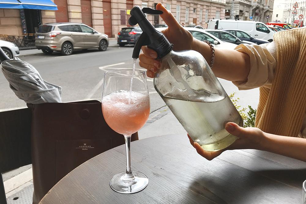 Летом главным алкогольным напитком становится фрёч (fröccs). Это белое или розовое вино, разбавленное содовой или обычной газированной водой чаще всего в пропорциях 1/1 или 2/1. Бокал такого напитка стоит в среднем от 500 Ft (110 рублей)