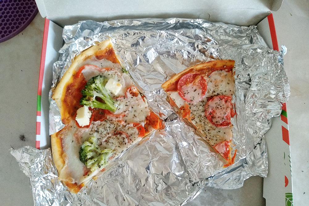Вегетарианская пицца из кафе «Рада» за 350рублей. Слева — каприччио, справа — последний кусок пепперони. «Колбаса» тоже вегетарианская, из пшеничного белка, а сыр в пицце безживотных ферментов