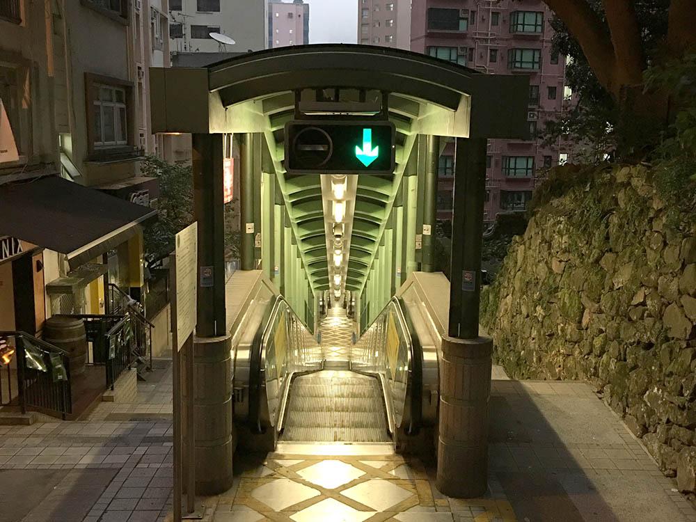 Остров Гонконг весь состоит из спусков и подъемов, потому что местность очень холмистая. Знаменитый эскалатор под открытым небом в районе Мид-Левелс. На нем мы добирались от метро до дома за 15 минут, без него — все полчаса