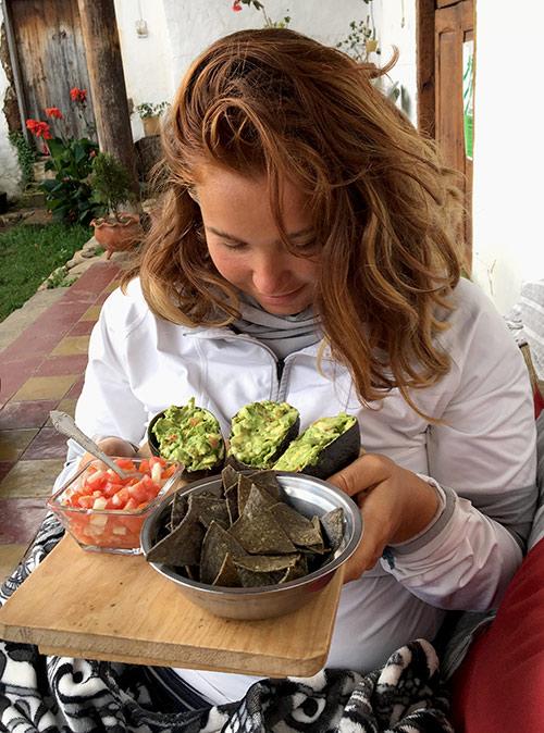 Обед — начос из синей кукурузы с гуакамоле