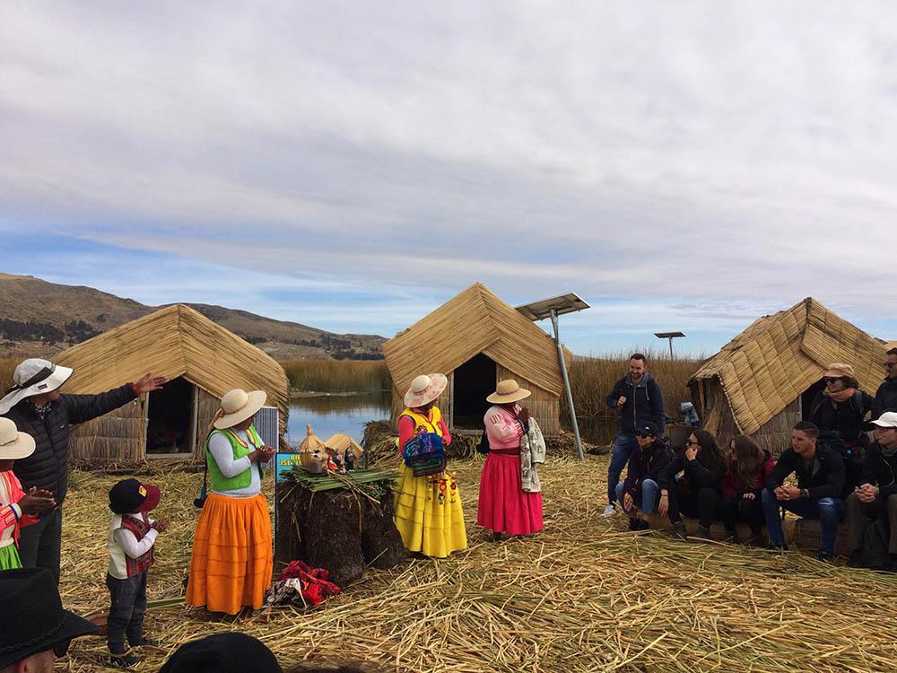 Уру бежали на острова в озере от инков. Сейчас жизни племени ничего не угрожает, но оно продолжает там жить. Чтобы прокормить себя, индейцы занимаются рыбалкой, охотой, продают экскурсии и сувениры