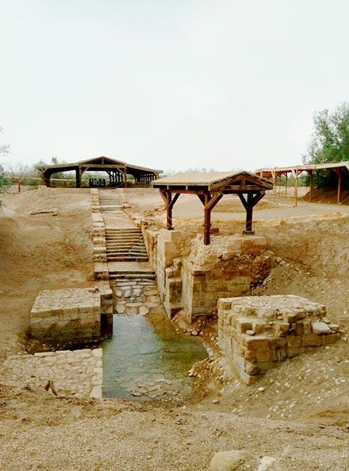 Место крещения Иисуса Христа. Сейчас воды тут почти нет: река ушла в другую сторону. Туристы окунаются чуть дальше. Вокруг идут археологические раскопки
