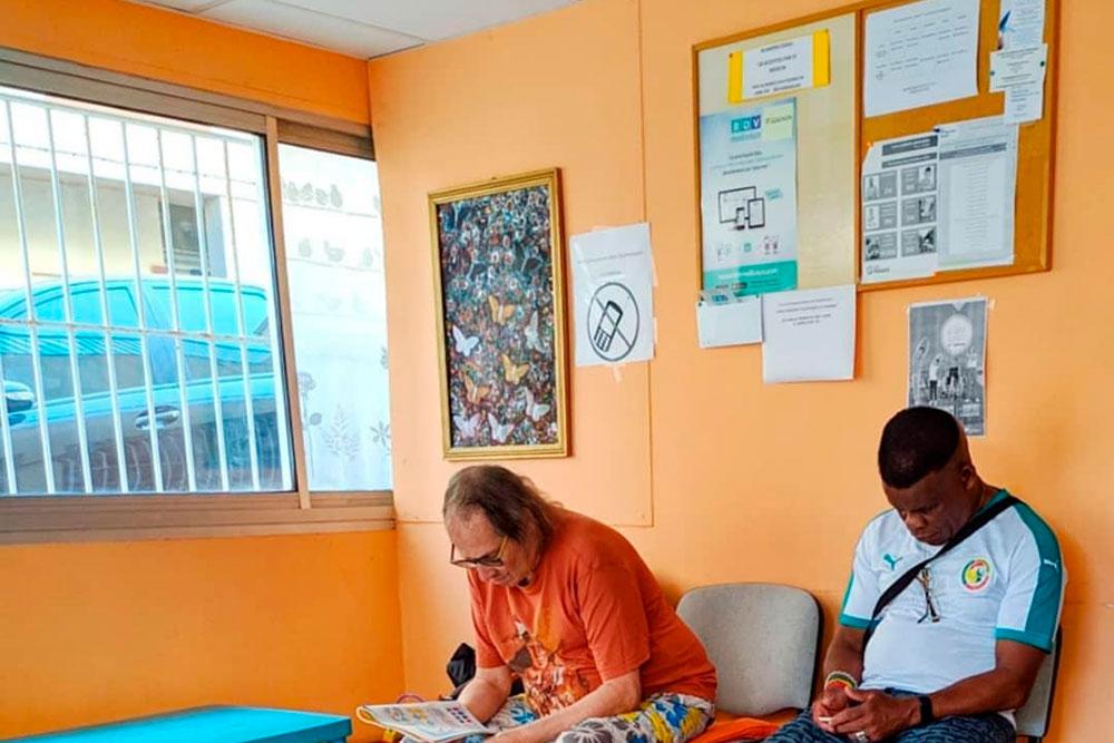 Ребята ждут приема в частном кабинете врача