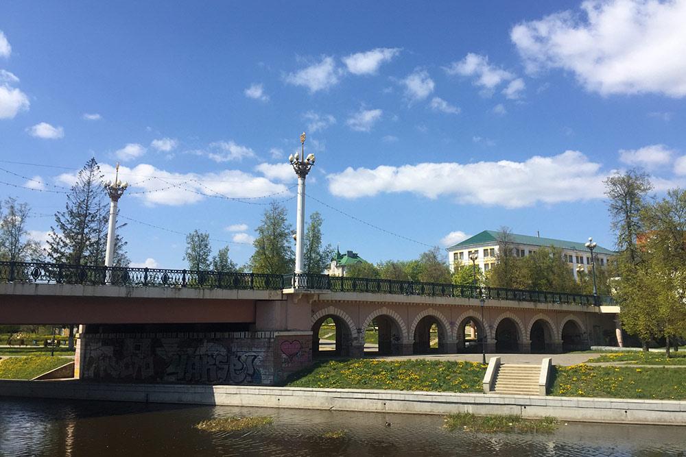 В начале улицы Ленина — Александровский мост. Его построили в 1880 году и назвали в честь Александра Второго. Царь не раз гостил в Орле и лично дал согласие назвать мост в свою честь. В советское время мост переименовали в Ленинский, но название не прижилось
