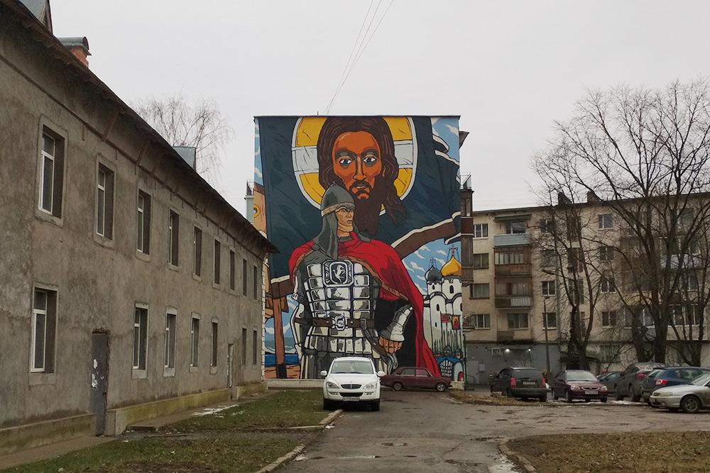 На обычных домах в центре недавно появились граффити на тему новгородской истории
