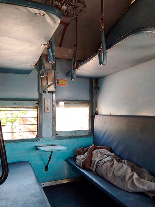 Спальный вагон похож на российский плацкартный, но грязнее и вместо двух полок — три