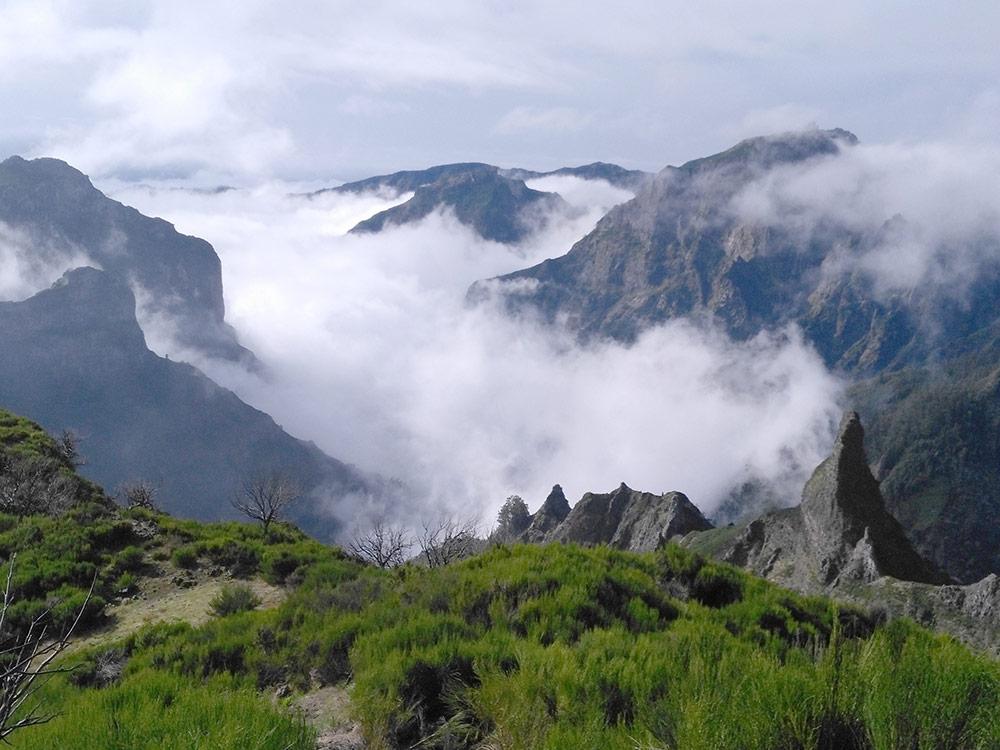 Вид с Пику-Руйву. Когда добрались до вершины, дождь закончился, а во время спуска с горы выглядывало солнце