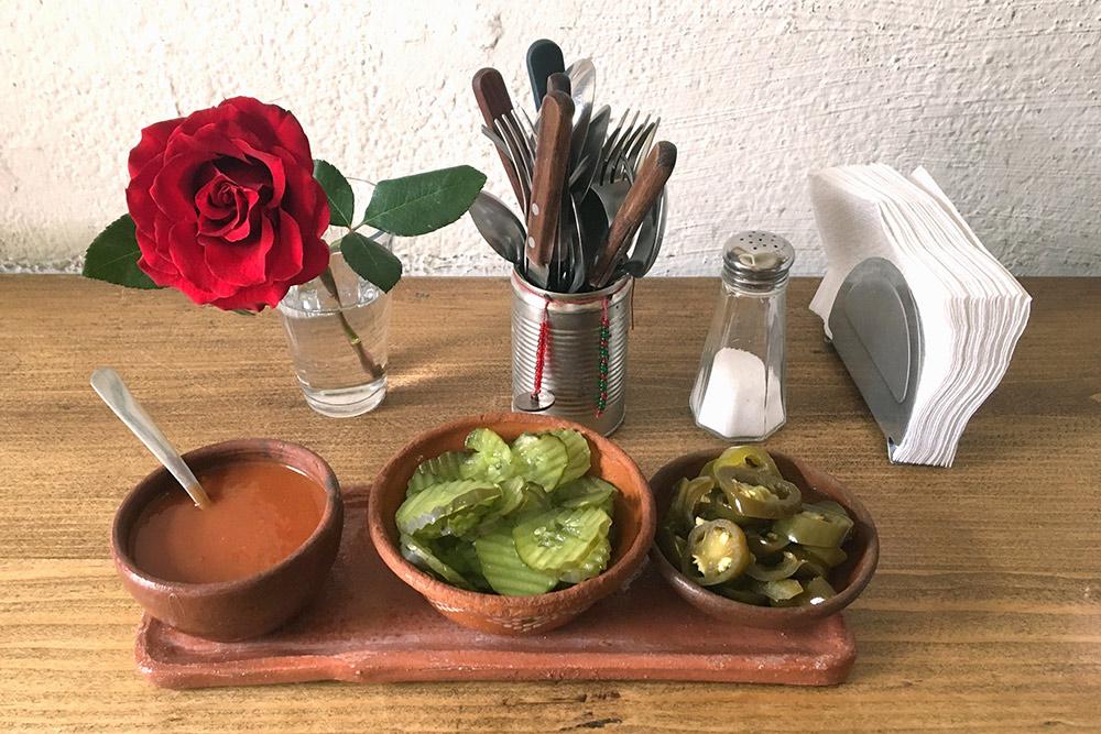 Мексиканцы все едят с острыми соусами и перцем халапеньо