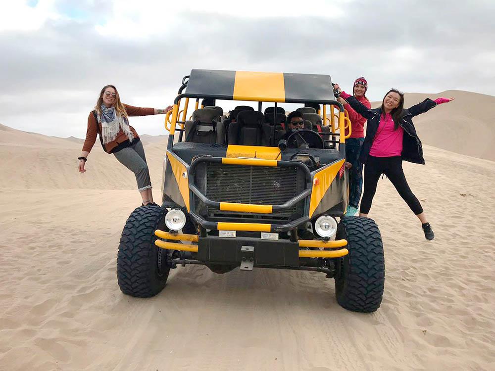 В пустыне Уакачины мы катались на багги. Они рассчитаны на 10 пассажиров: два места впереди рядом с водителем и два ряда по 4 человека сзади
