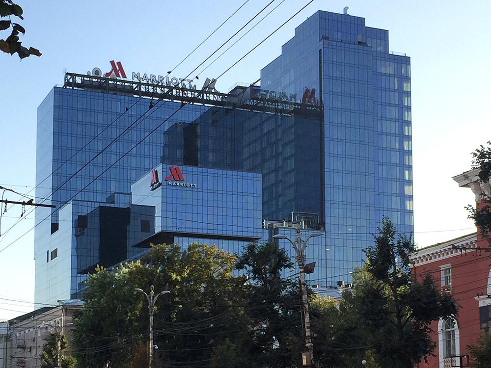 Отель «Мариот» на проспекте Революции — пример бездумной высотной застройки в центре города. Здание современное, но портит главную историческую улицу города