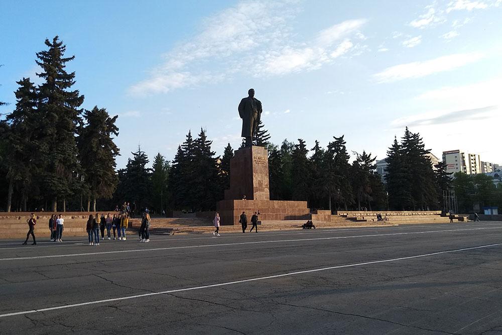 Проспект Ленина и площадь Революции — самое сердце города. Это самая красивая часть Челябинска, я часто здесь гуляю с девушкой и любуюсь архитектурой