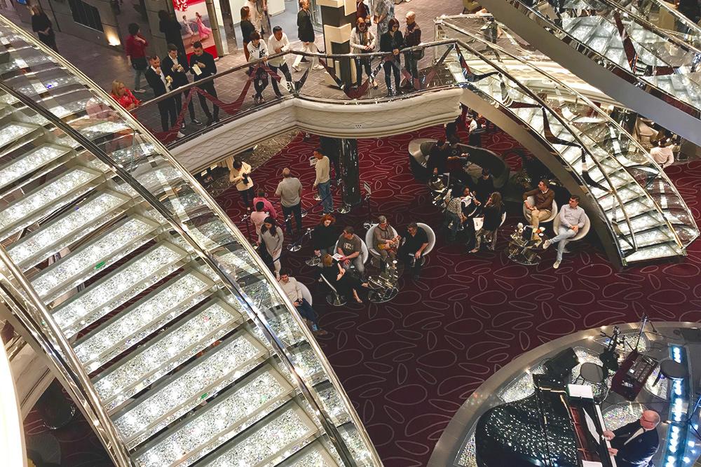 По лестнице с кристаллами Сваровски можно узнать любой корабль MSC. Она соединяет три общие палубы с барами, ресторанами, казино иресепшн. Каждый вечер там выступают музыканты